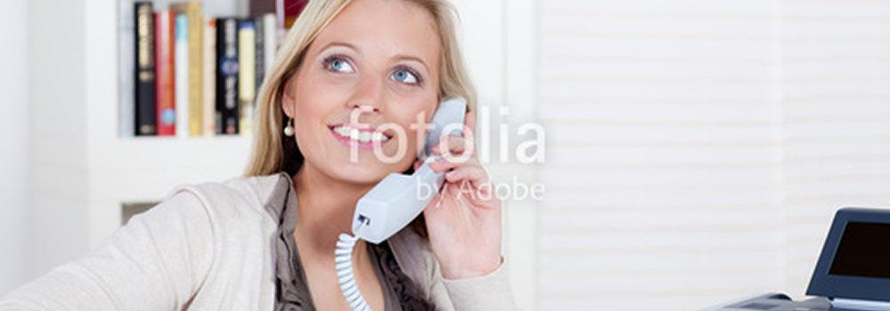 glckliche junge frau telefoniert von zuhause